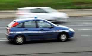 Une voiture de gendarmerie sur une autoroute.
