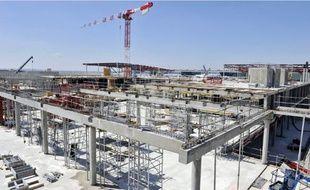 Le chantier du S4 (en haut), qui accueillera un espace commercial (dessin du bas), hier.