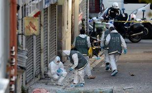 La police scientifique cherche des éléments près du bâtiment à Saint Denis pris d'assaut le 18 novembre 2015