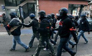 Des policiers en civil lors d'affrontements en marge d'une manifestation à Toulouse le 8 novembre 2014