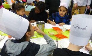 Lyon, le 4 décembre 2015. A l'Ecole Marcel Pagnol, dans le 7e arrondissement de Lyon, des écoliers participent à des tests culinaiares. Les recettes validées par les enfants seront porposées dans les cantines lyonnaises.