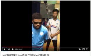 Deux détenus avec des maillots de l'OM lors du Mannequin Challenge.