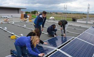 Les lycéens en train de poser les panneaux solaires.