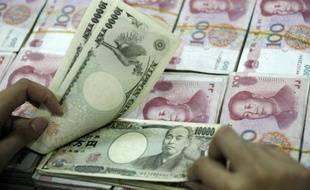 La Chine et le Japon ont commencé vendredi à échanger directement leurs devises sans passer par l'intermédiaire du dollar, une réforme visant à dynamiser le commerce entre Tokyo et Pékin, qui veut aussi développer le rôle international de sa monnaie.