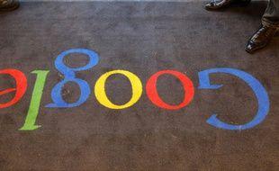Le logo de Google sur la moquette de ses locaux français, le 6 décembre 2011.
