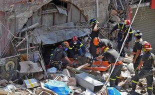 Des membres de la défense civile libanaise à la recherche de personnes survivantes, jeudi 6 avril 2020
