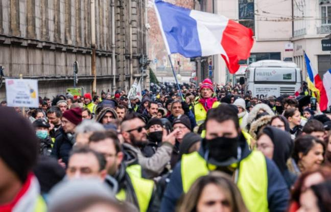 Grève du 5 février: Des policiers ont-ils obligé des manifestants à retirer leur gilet jaune pour sortir du cortège à Lyon?
