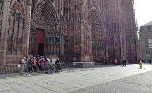 A l'entrée de la cathédrale de Strasbourg, les groupes accompagnés de guides doivent maintenant porter des audiophones pour entendre des explications.
