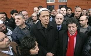 L'imam de Drancy Hassen Chalghoumi, entouré de fidèles, le 16 janvier 2009.
