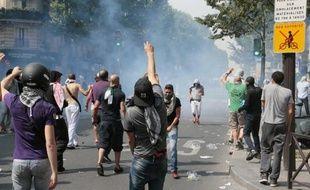 Des manifestants contre l'offensive israélienne à Gaza dans le quartier de Barbès-Rochechouart à Paris affrontent les forces de l'ordre le 19 juillet 2014