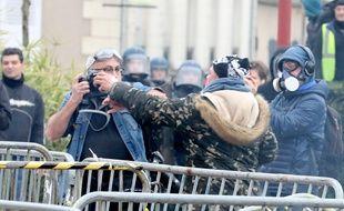 Un photo-journaliste de l'AFP pris à partie lors d'une manifestation des «gilets jaunes» au Mans, le 12 janvier 2019.