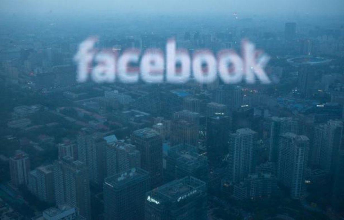 Le site internet communautaire Facebook poursuivait son plongeon boursier jeudi soir, deux mois après une introduction en Bourse pourtant annoncée en grande pompe, après avoir publié des résultats trimestriels sans relief. – Ed Jones afp.com