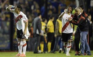 Des joueurs de River Plate tentent de se rincer les yeux après avoir été aspergé de gaz irritant, le 14 mai 2015, à Buenos Aires.