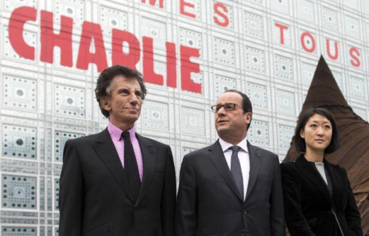 Francois Hollande, la ministre de la Culture Fleur Pellerin et le président de l'Institut du Monde Arabe Jack Lang devant l'Institut le 15 janvier 2015 – Ian Langsdon Pool