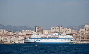 Marseille le 25 aout 2011 - Illustration sur la ville de Marseille. un navire de la SNCM dans la rade de Marseille