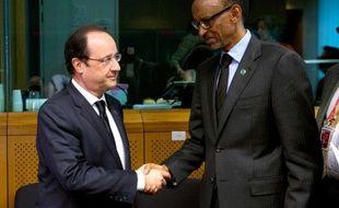 Photo prise le 2 avril 2014, montrant le président français François Hollande accueillant le président du Rwandais Paul Kagame durant un mini-sommet dédié à la république centrafricaine, à Bruxelles, le 5 avril 2014