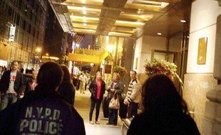 Des policiers à l'oeuvre devant l'hôtel où aurait eu lieu l'agression sexuelle pour laquelle Dominique Strauss-Kahn a été inculpé. A New York, le 15 mai 2011.
