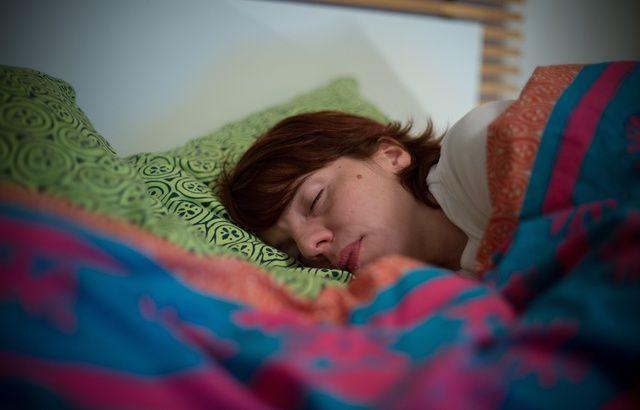 Votre travail et vos collègues vous poursuivent-ils jusque dans vos rêves ? 640x410_illustration-jeune-femme-dort