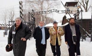 Claude Lanzmann, à gauche, durant le soixantième anniversaire de la libération d'Auschwitz , le 27 janvier 2005 27 January 2005