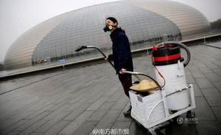 L'artiste Nut Brother aspire l'air de Pékin pour montrer l'incidence de la pollution sur la respiration des Pékinois.