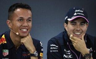 Albon (à gauche) est remplacé par Perez (à droite) au volant de la Red Bull Racing.