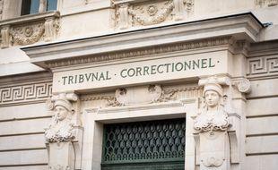 Le fronton d'u tribunal correctionnel. Illustration.