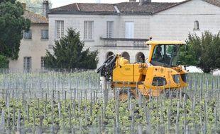 Un agriculteur épand un produit phytosanitaire dans ses vignes pour se prémunir des maladies, près de Saint-Emilion (Gironde), le 26 avril 2018.