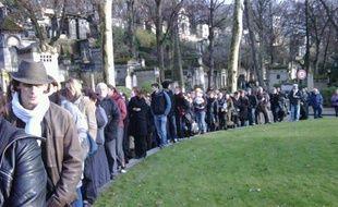 Quelque 200 anonymes ont assisté aux obsèques du chanteur Mano Solo, au cimetière du Père Lachaise à Paris, le 14 janvier 2010.