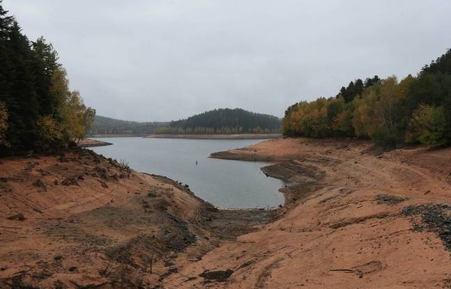 Baisse du niveau de l'eau au lac de Pierre-Percée, en Lorraine. Sécheresse. Le 25 octobre 2018.