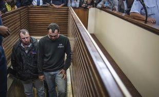 Theo Jackson (à gauche) et Willem Oosthuizen, sont jugés à Middelburg, en Afrique du Sud, le 16 novembre 2016, pour avoir tenté d'enfermer un homme noir dans un cercueil.