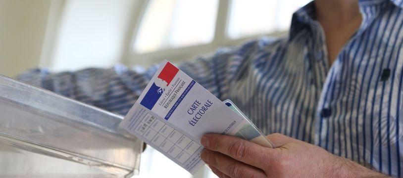 Un électeur sur le point de voter à Strasbourg, lors des élections municipales, en 2014.