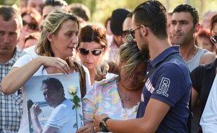 La femme et le fils d'Hervé Cornara, décapité en juin 2015 en Isère, lors d'une marche ne hommage à ce chef d'entreprise de 54 ans.