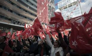 Des partisans d'Ekrem Imamoglu, qui revendique la victoire à Istanbul, se réunissent à Ankara, le 2 avril 2019.
