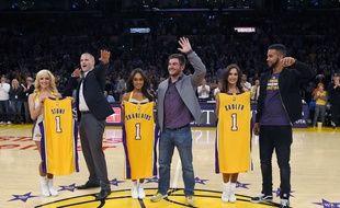 Spencer Stone (gauche) Alek Skarlatos (centre) et Anthony Sadler (droite), les héros du Thalys, ont été célébrés par les Los Angeles Lakers, le 15 novembre 2015.