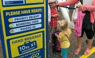 Devant le comptoir d'enregistrement Ryanair, à l'aéroport de Lesquin.
