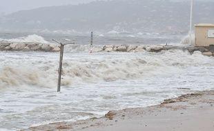 Les vents violents ont provoqué des « vagues-submersion », ici à Nice
