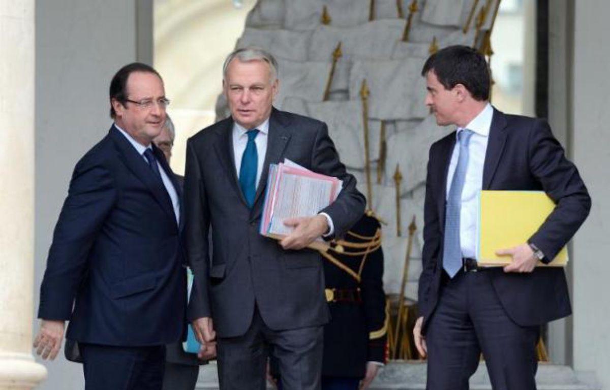 François Hollande recueille en janvier 28% de bonnes opinions, en baisse de 3 points, et Jean-Marc Ayrault 34%, en hausse d'un point dans le tableau de bord mensuel des personnalités fait par l'Ifop pour Paris Match publié mardi. – Eric Feferberg AFP