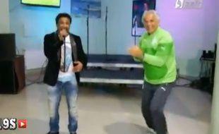 Cheb Khaled et Vahid Halilhodzic dansent lors du stage de préparation à la Coupe du monde de l'équipe d'Algérie, le 27 mai 2014.