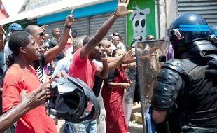 Les manifestants s'opposent aux forces de l'ordre, à Mamoudzou, à Mayotte, le 19 octobre 2011.