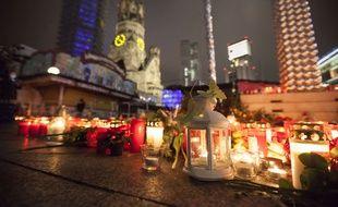 Des bougies et des fleurs déposées en hommage aux victimes de l'attentat au camion contre un marché de Noël à Berlin.