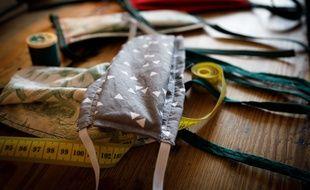 Fabrication de masques en tissu à la maison.