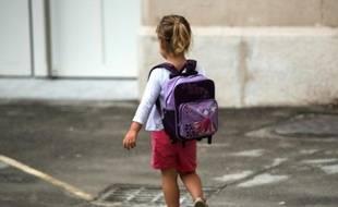 Une élève d'école primaire arrive pour le premier jour d'école, le 1er septembre 2015 à Marseille