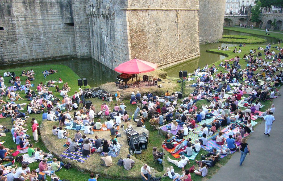 Des concerts tous les mardis dans les douves du château – Association culturelle de l'été