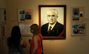 Des femmes visitent une exposition le 6 juillet 2014 à Moscou, rendant hommage à Iouri Andropov, ex-numéro un soviétique, ex-chef du KGB, féroce persécuteur des dissidents