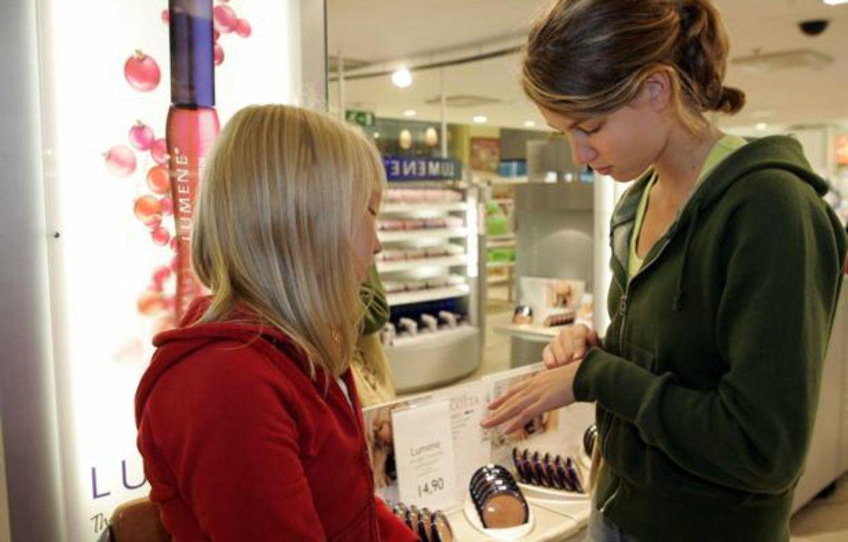 Des adolescentes dans un magasin de cosmétiques. – GUSTAFFSON/LEHTIKUVA OY/SIPA