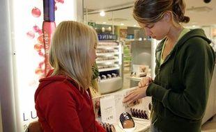 Des adolescentes dans un magasin de cosmétiques.