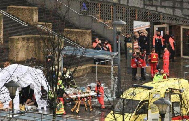 Les secours évacuent des blessés à Liège, en Belgique, après l'attaque à la grenade survenue le mardi 13 décembre 2011.