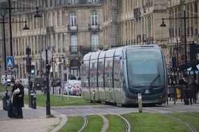 Les transports en commun, comme le tramway, dans Bordeaux
