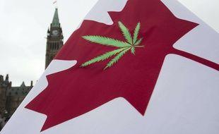 Un drapeau canadien orné d'une feuille de cannabis devant le Parlement à Ottawa, le 20 avril 2015.