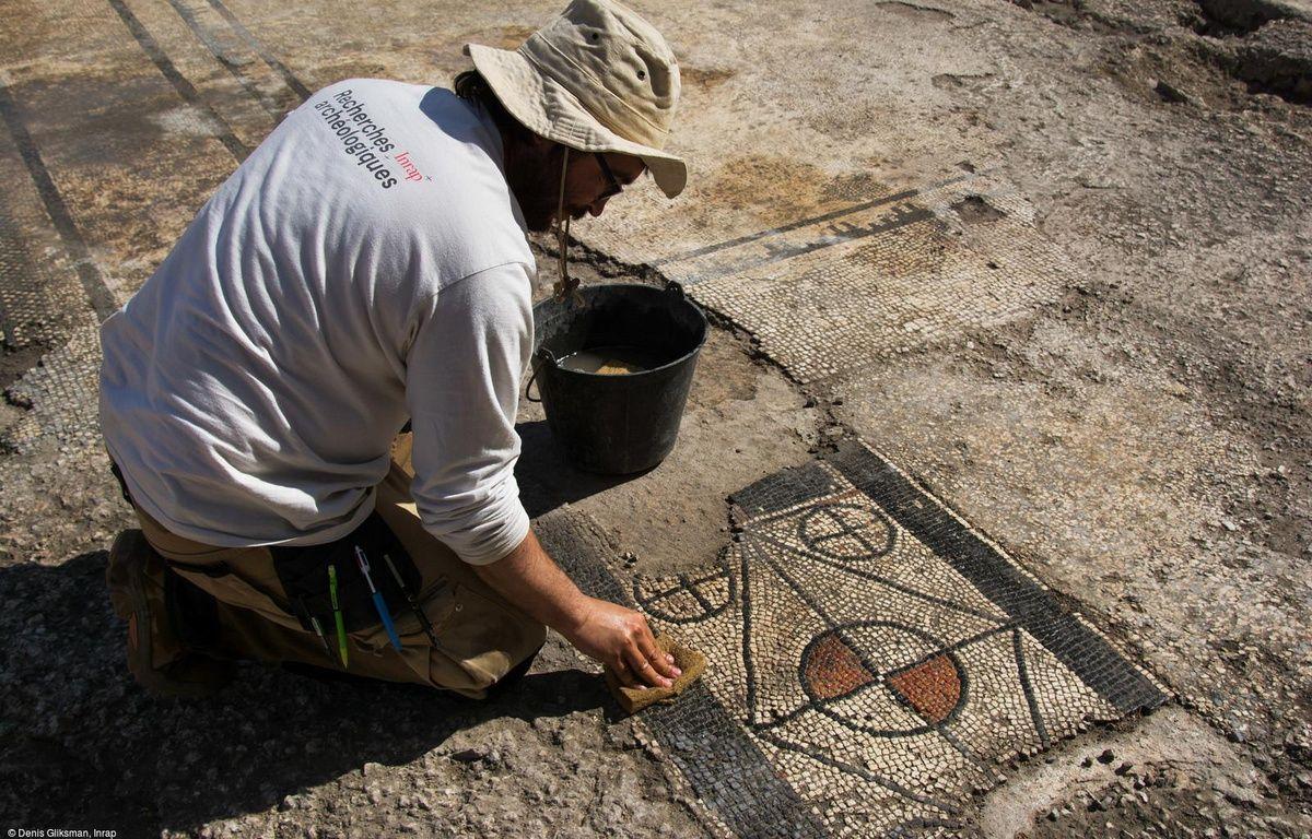 Un archéologue en pleine découverte de la mosaïque d'Uzès. – Denis Gliksman, Inrap